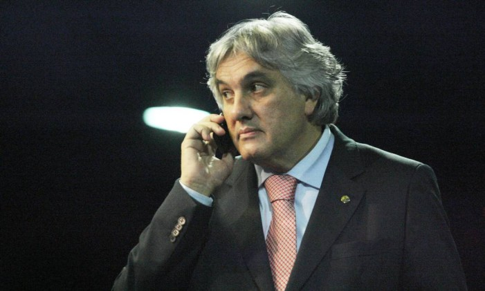 O senador Delcídio Amaral fala ao celular no congresso Foto: André Coelho / Agência O Globo