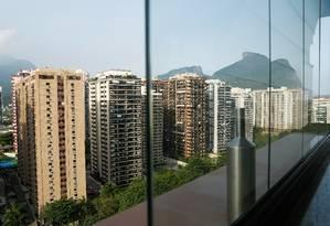 Cadeia de montanhas é escondida pelo corredor de prédios: só a Pedra da Gávea sobressai Foto: Barbara Lopes / Agência O Globo