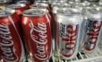 Latas de Coca-Cola em um mercado de Portland, nos EUA: ONG que fazia pesquisas sobre obesidade era financiada pela empresa