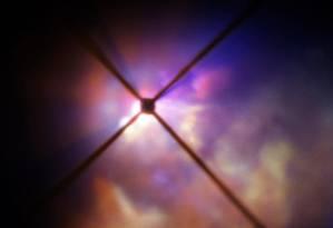 Imagem da nuvem de detritos em torno da hipergigante vermelha VY Canis Majoris obtida com o instrumento Sphere, instalado em uma das unidades do telescópio VLT, do ESO, no Chile: poeira com tamanho grande o bastante para ser 'empurrado' pela radiação da estrela, mas pequeno o suficiente para não 'afundar' de volta nela Foto: ESO