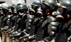 Orientados por militares franceses, policiais do Batalhão de Choque usam roupas especiais durante treinamento no Centro deo Rio com vistas aos Jogos Olímpicos de 2016 Foto: Gabriel de Paiva / Agência O Globo (19/11/2015)