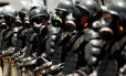 Orientados por militares franceses, policiais do Batalhão de Choque usam roupas especiais durante treinamento no Centro deo Rio com vistas aos Jogos Olímpicos de 2016