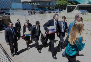 Policiais Federais deixam o Congresso com malotes e pastas após realizar buscas no gabinete do senador Deucídio Amaral Foto: André Coelho / Agência O Globo