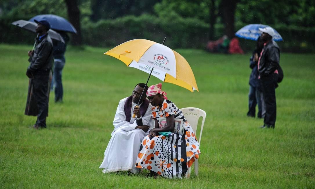 Quenianos participam de Santa Missa do Papa no Central Park, em Nairobi, nesta quinta-feira Jennifer Huxta / AFP