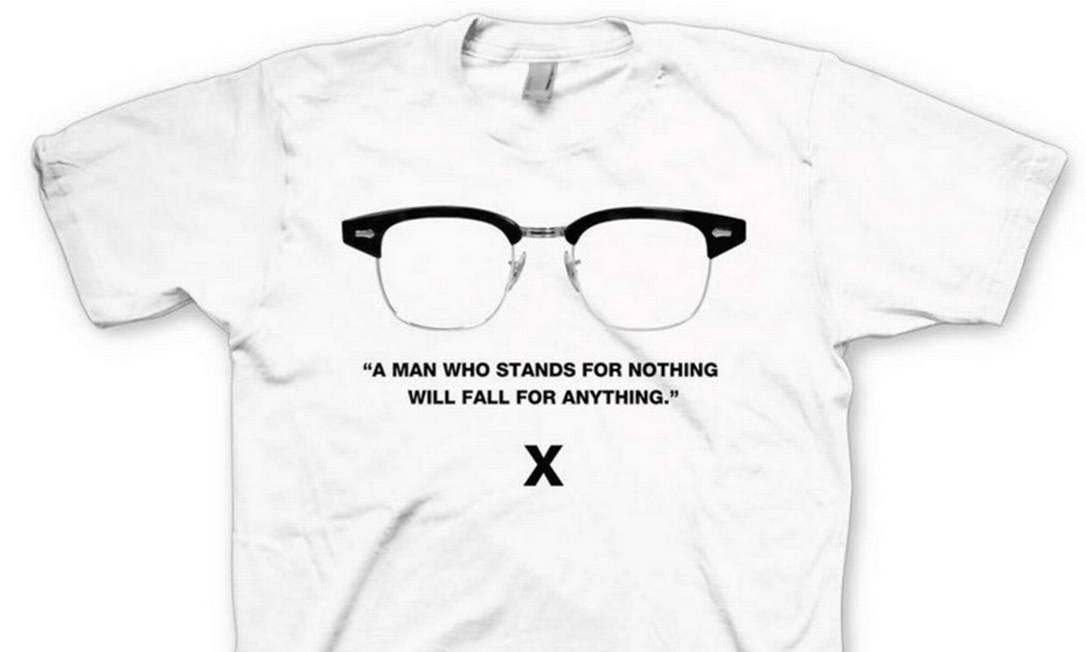 Os marcantes óculos de Malcolm X estampam a camiseta de US$ 35 Foto: Reprodução da internet