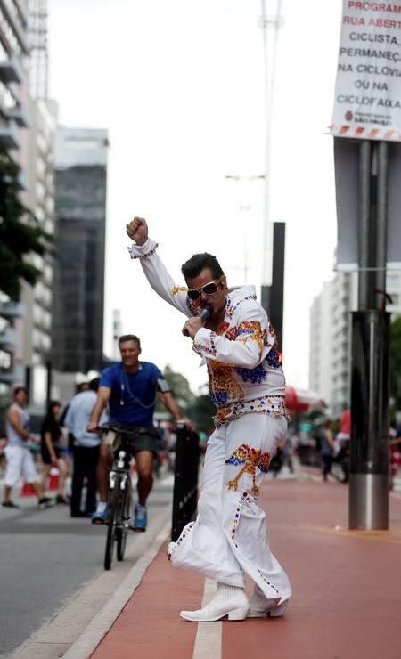 POPULAR. Sósia de Elvis Presley faz apresentação na Avenida Paulista, fechada para circulação de veiculos aos domingos e feriados Foto: Fernando Donasci / Agência O Globo