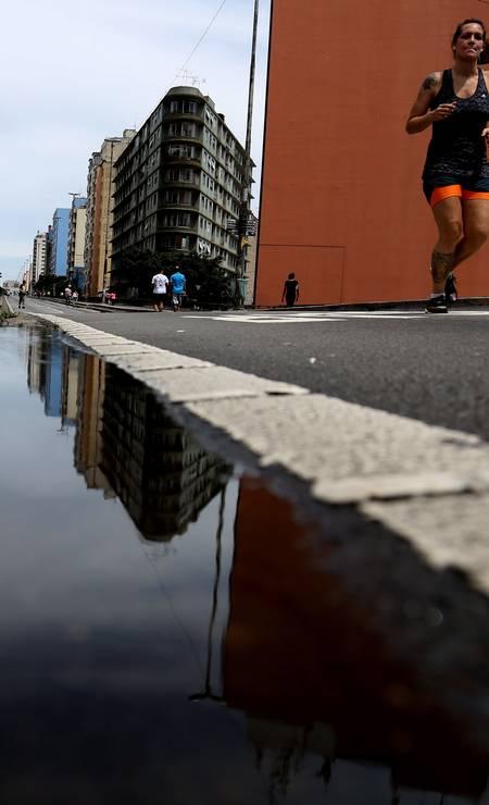 LAZER NO VIADUTO. Aos domingos e feriados, o Minhocão é fechado para circulação de automóveis e utilizado para passeios Foto: Fernando Donasci / Agência O Globo