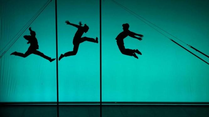 Luz e sombra: No espetáculo 'Clockwork', a companhia sueca Sisters reúne dança contemporânea, acrobacias sincronizadas e malabarismo Foto: Divulgação