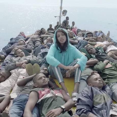 M.I.A. em um barco repleto de refugiados no clipe de 'Borders' Foto: Reprodução