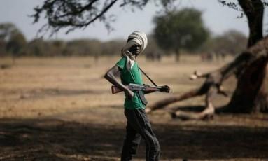 Jovem militante do grupo Jikanu Nuer Foto: Reuters