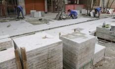 Operários trabalham no piso instalando blocos de granito na calçada em frente a lojas da Moreira César: polêmica na passarela Foto: Carlos Ivan / Agência O Globo