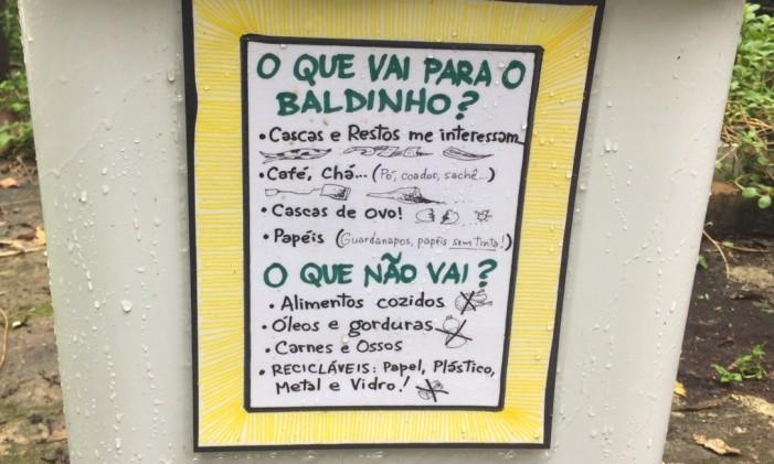 Placa orienta o que pode e não pode entrar na composteira Foto: Guilherme Ramalho