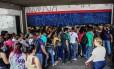 Consumidores esperam abertura, às 6h30, de Casas Bahia na Praça Ramos de Azevedo, na região central de São Paulo