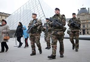 Soldados fazem patrulha em frente ao Museu do Louvre: segurança reforçada antes da chegada de chefes de Estado Foto: CHARLES PLATIAU/REUTERS