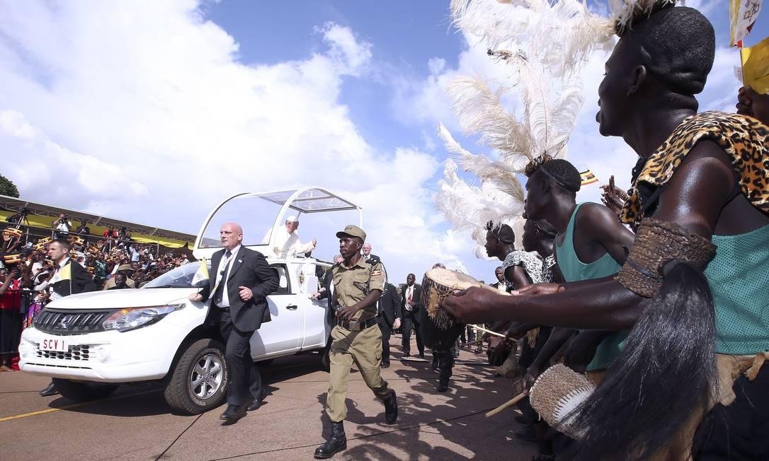 Pessoas com roupas tribais recebem o Papa Francisco na sua chegada na pista de pouso de Kololo, em Kampala, Uganda. Vindo do Quênia, o Papa Fransico, completará sua viagem de seis dias com a visita à República Centro Africana STEFANO RELLANDINI / AFP
