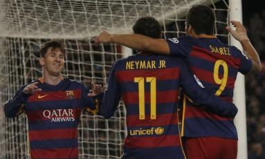 Messi, Neymar e Suárez festejam o gol do argentino ao fim da goleada Foto: REUTERS/Albert Gea