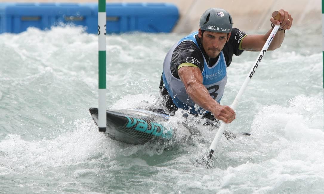 O eslovaco Matej durante sua participação no evento-teste de canoagem slalom NICOLAS PESCHIER / AFP