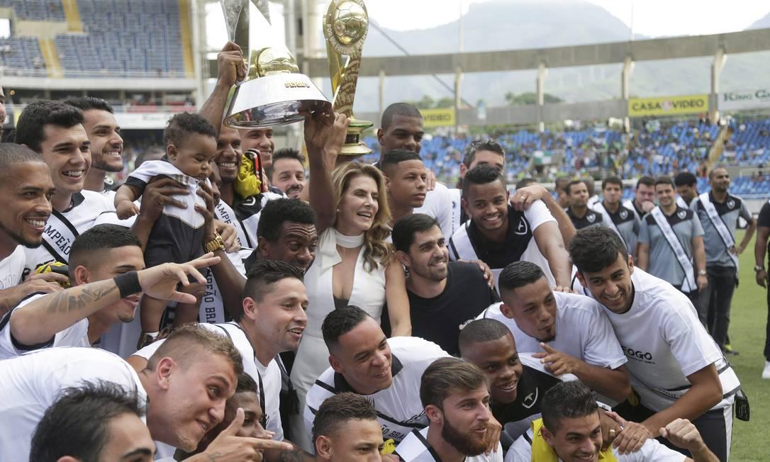 Jogadores festejam o título no gramado do Engenhão antes de a bola rolar Marcelo Carnaval / Agência O Globo