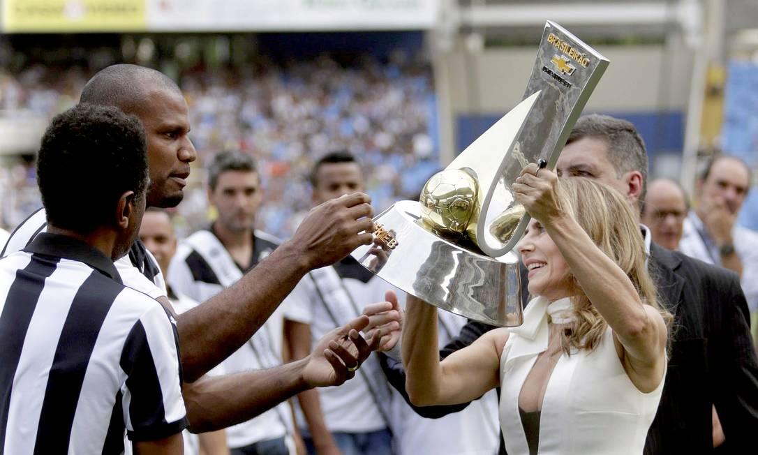 A atriz Maitê Proença entrega a taça de campeão da Série B ao goleiro Jefferson Marcelo Carnaval / Agência O Globo