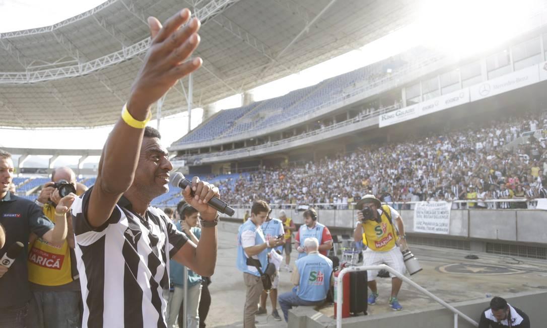 O humorista Hélio de la Peña brinca com a torcida Marcelo Carnaval / Agência O Globo