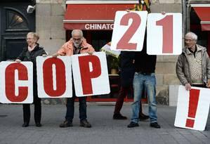 Manifestantes fazem protesto em Nantes, na França, reivindicando que líderes globais façam acordo positivo na Conferência do Clima Foto: JEAN-SEBASTIEN EVRARD/AFP