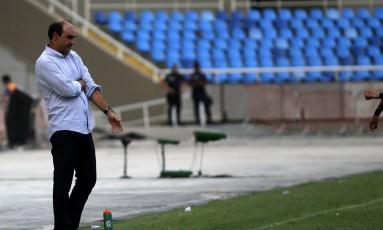 Ricardo Gomes na beira do gramado: treinador diz que base do Botafogo será mantida Foto: Rafael Moraes / Agência O Globo