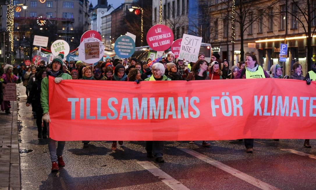 """""""Juntos pelo clima"""" é a mensagem da faixa carregada em protesto em Estocolmo, Suécia, nesse domingo TT NEWS AGENCY / REUTERS"""