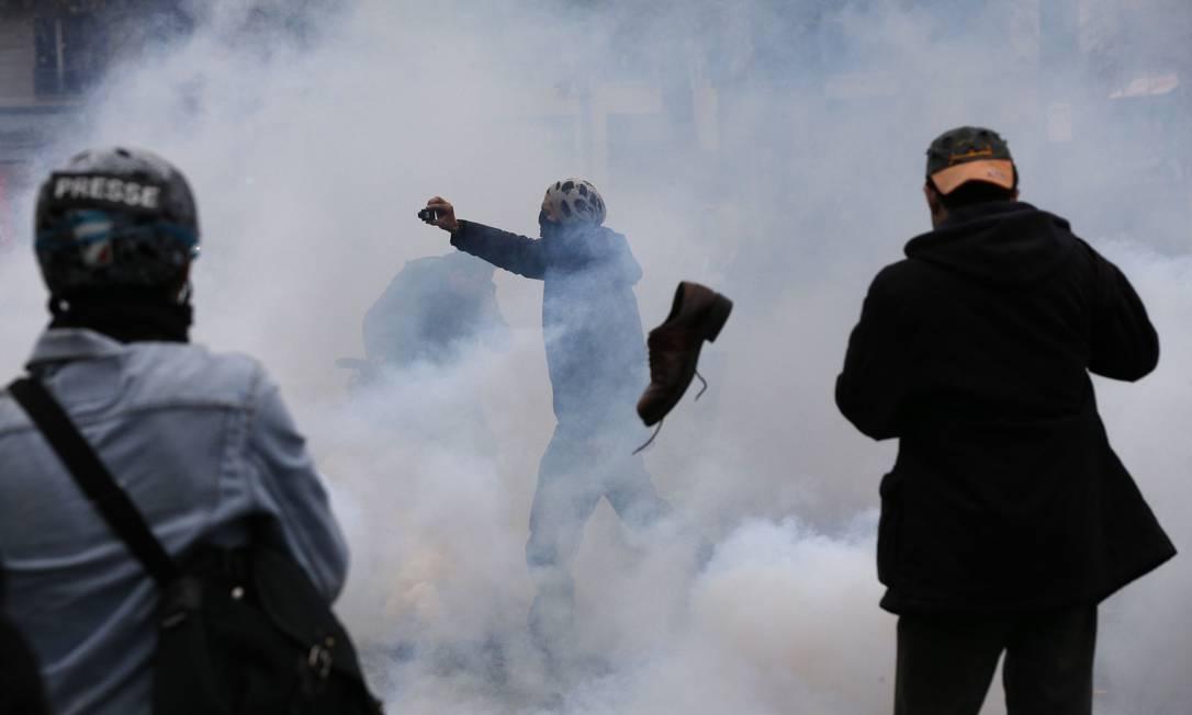 Gás lacrimogênio foi usado contra manifestantes pela polícia em Paris FRANCOIS GUILLOT / AFP