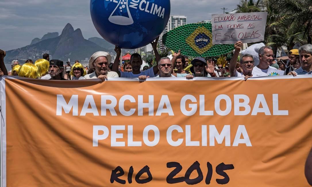 "No Rio, a ""Marcha global pelo clima"" ocorre na orla de Ipanema CHRISTOPHE SIMON / AFP"
