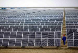 Painéis de energia solar: instalação de fonte renovável é vista como alternativa para mais de 100 países tropicais Foto: Carlos Barria/Reuters