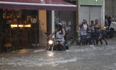 Chuva alaga a rua do Riachuelo no centro do Rio Foto: Pablo Jacob / Agência O Globo