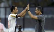 Nenê e Jorginho comemoram juntos o gol do Vasco contra o Santos Foto: Marcelo Carnaval / Agência O Globo