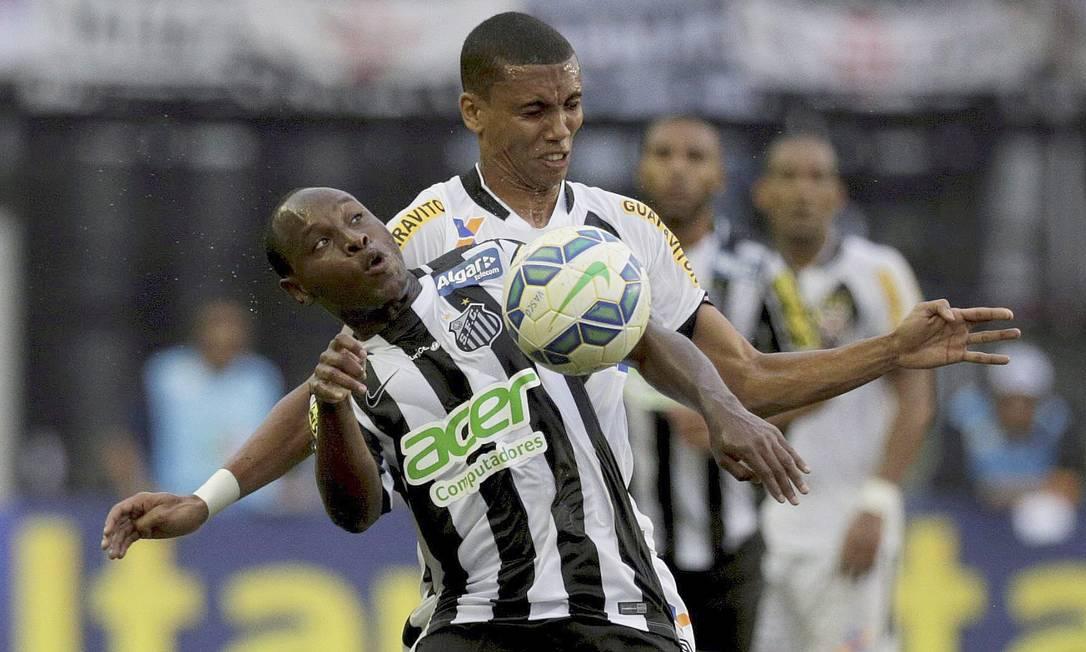 Madson disputa a bola com o adversário santista Marcelo Carnaval / Agência O Globo