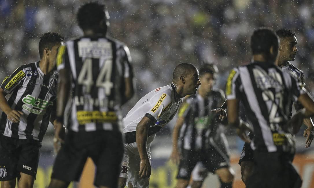 Rodrigo é cercado pelos jogadores do Santos Alexandre Cassiano / Agência O Globo
