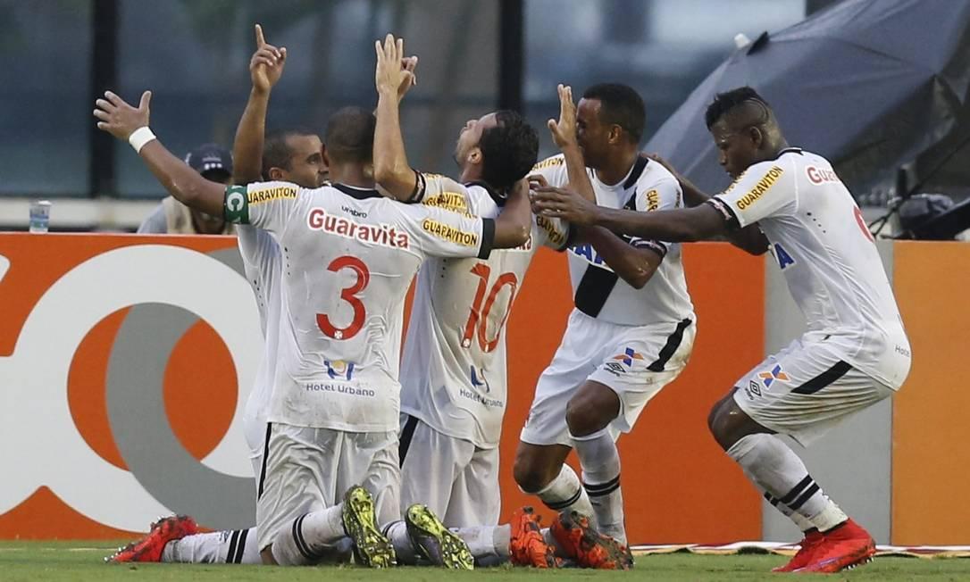 Jogadores se reúnem para comemorar o gol Alexandre Cassiano / Agência O Globo