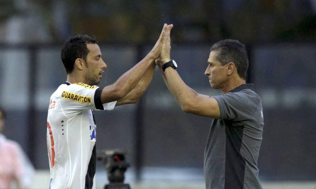 O camisa 10 cumprimenta o técnico Jorginho Marcelo Carnaval / Agência O Globo