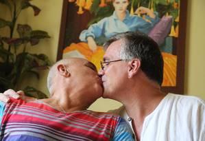 Juntos há 17 anos, o brasileiro Luiz Morette e o americano James Michael Shattuck se casarão pela quinta vez no próximo dia 6 Foto: Custódio Coimbra / Agência O Globo
