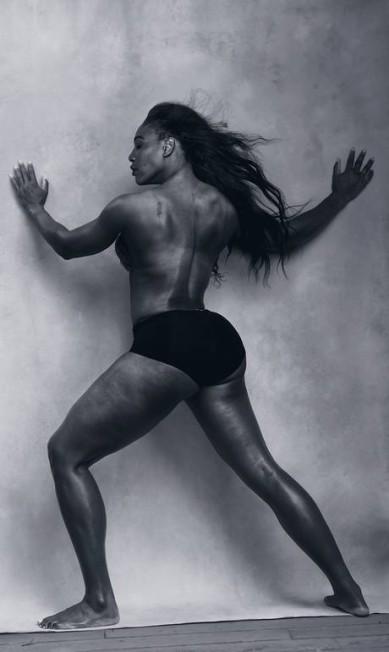 Nada de modelos jovens, de corpos longilíneos e nus. Para a edição de 2016, a Pirelli resolveu inovar e mostrar mulheres influentes, que fazem diferença no mundo. A tenista Serena Williams, por exemplo, mostra toda a sua força, de topless, na folhinha de Abril Divulgação