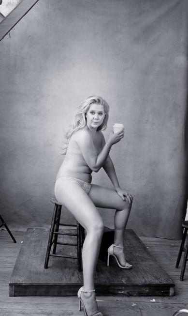 A comediante americana Amy Schumer também foi fotografada apenas de calcinha e salto alto Divulgação