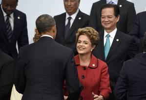 A presidente Dilma Rousseff cumprimenta o governante americano, Barack Obama, na conferência do clima Foto: Martin Bureau / AP