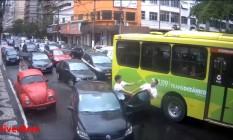 Briga no trânsito em Icaraí é flagrada pelas câmeras da ONG Viver Bem Foto: Reprodução