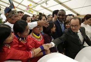 Presidente da França, François Hollande cumprimenta equatorianas na COP-21 nesta terça-feira Foto: Philippe Wojazer / AP