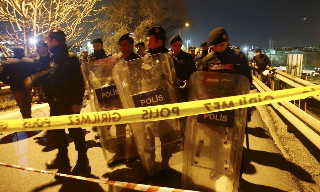 Polícia cerca área de estação após explosão Foto: OSMAN ORSAL / REUTERS