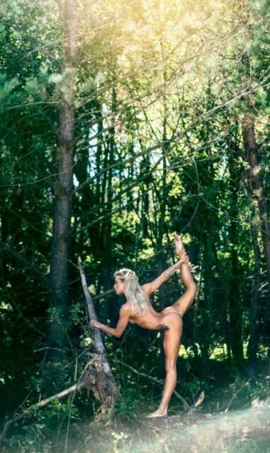 A corredora Katarzyna Wolska posou para fotos em uma floresta Divulgação