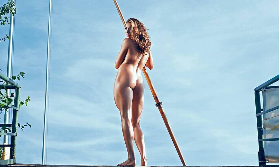 Ania Wierzbowska em outra foto do calendário Divulgação