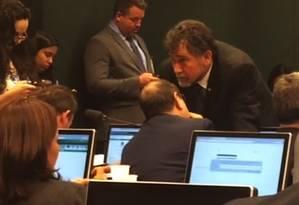 deputado Zé Geraldo (PT-PA) conversa com outros petistas do Conselho de Ética Foto: Reprodução
