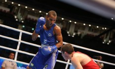 Robson Conceição (à esquerda) enfrenta Albert Selimov, do Azerbaijão, na semifinal do Mundial de Boxe, no Qatar Foto: Aiba/Divulgação