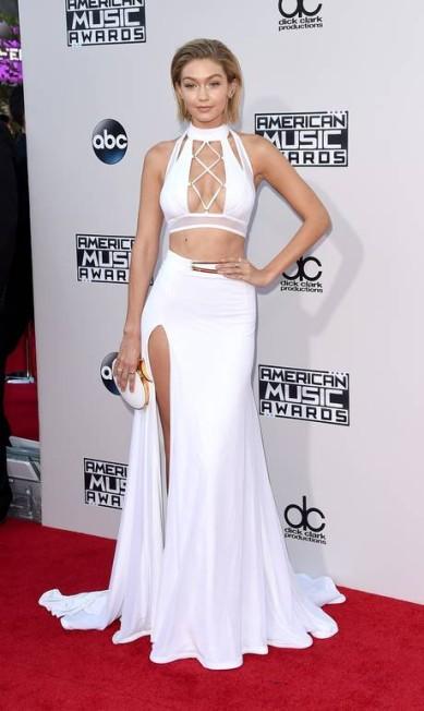 Gigi também faz bonito no tapete vermelho. Na última edição do American Music Awards, ela surgiu com uma saia branca com uma fenda poderosa e um top cropped todo retalhado Jason Merritt / AFP