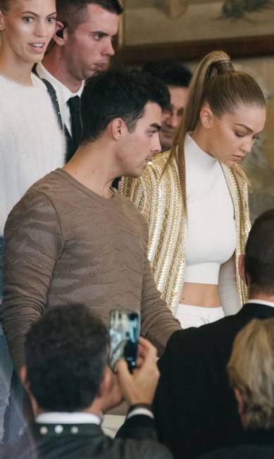 A vida amorosa de Gigi Hadid também rendeu assunto. Ela namorou com Joe Jonas e agora engatou um romance com Zayn Malik, que já fez parte da banda One Direction Zacharie Scheurer / AP