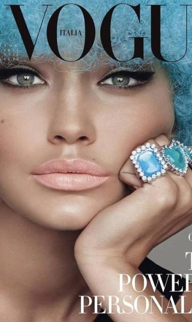 """Ela também foi capa de diversas publicações. Na """"Vogue"""" Itália, por exemplo, apareceu de peruca Divulgação"""